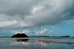 Corong Corong Palawan Philippines_8209 (ichauvel) Tags: corongcorong palawan elnido philippines mer sea plage beach reflets reflections nuages clouds ciel sky lumiére light couleurs colours bateau boat bangka asie asia asiedusudest southeastasia voyage travel exterieur outside paysage landscape beautédelanature beautyofnature maréebasse lowtide matinmorning littoral coast rochers rocks iles islands