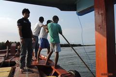 Stranded in Singkil (-AX-) Tags: mer ferry sumatra indonesia aceh bateau personnes singkil ocanindien pulaubanyak