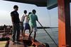 Stranded in Singkil (-AX-) Tags: mer ferry sumatra indonesia aceh bateau personnes singkil océanindien pulaubanyak