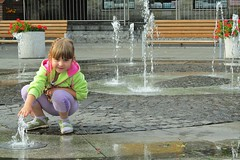 the fountain :) (green_lover (your COMMENTS are welcome!)) Tags: martynka fountain girl daughter child people puck water bench left fence