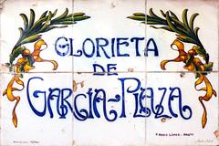 Azulejos. Glorieta de García-Plaza (Madrid) (Juan Alcor) Tags: madrid tiles talavera azulejos arquitecto glorieta garciaplaza ruizdeluna lopezblanco felipemario