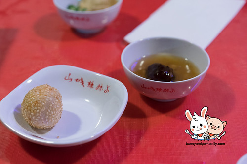 Fried sticky rice ball with red bean paste