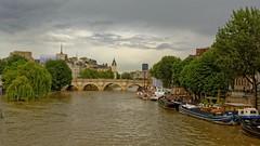 Paris / Le Pont Neuf sous les nuages (Pantchoa) Tags: paris france pont pontneuf seine fleuve eau nuages îledelacité bateaux péniches nikon d7100 24mmf18g saulespleureurs orage cielnuageux
