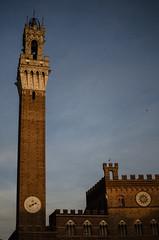 Piazza del Campo (Katrina Qerri) Tags: italien blue sky italy orange evening italia atmosphere siena piazza