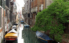 Venezia , di canale in canale ... (serie) (Augusta Onida) Tags: venezia canale calla barca boat riflessi reflections casa houseofstone unesco patrimoniounesco heritage