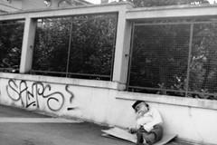 :( (laetitia.delbreil) Tags: monochrome monocromo biancoenero noiretblanc blackandwhite blancoynegro film filmphotography analogue argentique nb bn bw analogico análogo bologna italia italy quartieremazzini filmisback filmisawesome ifeelfilm ishootfilm westillcare believeinfilm kodak trix400 400tx iso400 pentacon prakticab200 35mm slr singlelensreflex outdoor available light homeless senzatetto sdf streetphotography photoderue fotografíacallejera fotografiadistrada street fixedfocallength 50mm