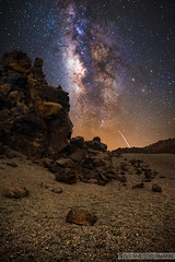 Falling Star (Stefan Liebermann) Tags: outdoor desert wüste rocks steine felsen nature natur landscape landschaft sand milkyway milchstrase tenerife teneriffa spain spanien langzeitbelichtung longexposure night nacht galaxy galacticcore star stars sterne light lights licht sternschnuppe fallingstar nightphotography travel reise sky himmel mountain lowlight astronomy astronomie nightscape