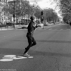 Run on the bike (pat 19) Tags: fuji x100 compact street streetpic streetphoto streetphotography bw blackandwhite noiretblanc rue photoderue bike course femme paris france