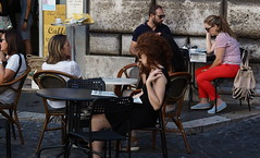 Roma_160924_P9242802_4518 (Paolo Chiaromonte) Tags: olympus omdem5markii micro43 paolochiaromonte mzuikodigital45mm118 roma rome lazio italia italy candidportrait girl beauty people streetphotography red curly