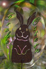 Frohe Ostern!  / Happy Easter! (Ellenore56) Tags: 15042017 ostern ostergrus ostergrüse froheostern easter happyeaster grus greeting regards 2017 april wort word buchstaben letter type harvey kreation creation figur osterhase composition figuration fantasie fancy fantasia fantasy imaginativeness salute salutation form design style invention ostern2017 eastergreeting greetings eastergreetings character detail moment augenblick sichtweise perception perspektive perspective reflektion reflection reflexion farbe color colour licht light inspiration imagination faszination magic sonyslta77 ellenore ellenore56 gartenstecker metall tier blumenstecker tierstecker rost gardenstick stick rust rusty ornamental