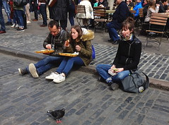 Lunching on the kerb (Snapshooter46) Tags: lunching snacking eating manandwoman couple kerb coventgarden london people relaxing pigeon
