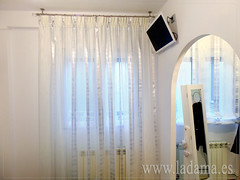 "Cortinas blancas y plata en barra • <a style=""font-size:0.8em;"" href=""http://www.flickr.com/photos/67662386@N08/15466886708/"" target=""_blank"">View on Flickr</a>"