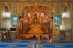DSC_2153 [1024x768] (Ici, là-bas et ailleurs...) Tags: statue temple buddha yangon myanmar asie pagode priere birmanie botahtaung habitant