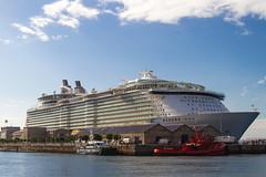 Oasis of the Seas, Puerto de Vigo (dfvergara) Tags: espaa azul puerto mar agua barco galicia cielo nubes royalcaribbean vigo crucero trasatlantico oasisoftheseas terminalpasajeros
