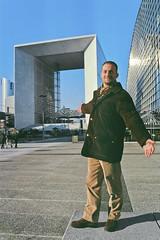 Manlio & Grande Arche, La Défense - Paris 1996 (Candideou l'optimisme) Tags: paris arc amici arco manlio défense parigi grandearche
