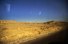 Ägypten 1999 (759) Busfahrt Kairo-Hurghada: Ostwüste (Rüdiger Stehn) Tags: afrika ägypten egypt nordafrika 1999 winter urlaub dia scan analogfilm 1990er slide 1990s diapositivfilm analog kbfilm kleinbild canoscan8800f canoneos500n 35mm landschaft wüste busfahrt ostwüste arabischewüste natur reise reisefoto strase ainelsokhnaroad misr albahralahmar