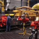 Grote scheepsmotor voordat de omkasting geplaatst is