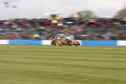 Gordon Shedden in race One at the British Touring Car Championship 2017 at Donington Park
