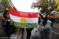 Kurden protestieren in Berlin vorbei an der US Botschaft für Kobane (tsreportage) Tags: berlin demo is war rally protest demonstration syria brandenburgertor isis mitte kundgebung attacks kurdistan pariserplatz syrien kurds usembassy isil ypg kurden pkk angriffe usabotschaft yekineyenparastinagel ainalarab islamischerstaat kobane volksverteidigungseinheiten