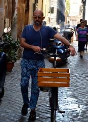 DSC_1941 (ngel Guisano Espio) Tags: street travel viaje portrait people italy music woman man rome roma fashion pared mujer nikon women europe italia gente retrato moda streetphotography style cielo verano hombre viajar librera nikond3200 streetphotograpy d3200 fotografacallejera