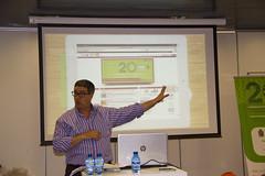 En la imagen se puede ver al secretario municipal de Ermua en un momento de su intervención en el que explica el apartado de Transparencia municipal de la web municipal de Ermua