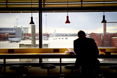 Aeroport de Stockholm (Calinore) Tags: suede sweden arlanda airport voyage traval book reading lecture man homme livre evening soir evasion stockholm