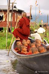 11-10-02 Myanmar, Lago Inle (678) R01 (Nikobo3) Tags: asia myanmar birmania burma lagoinle culturas color monjes monks agua social people gentes travel viajes nikon nikond200 d200 nikondx182003556vr nikobo joségarcíacobo flickrtravelaward ngc