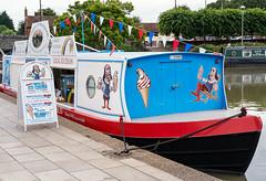 Stratford-upon-Avon: Get your ice-cream on a narrowboat (wwwuppertal) Tags: stratforduponavon warwickshire greatbritain grosbritannien england uk unitedkingdom vereinigteskönigreich british englishness fujifilmxpro1 fujinonxf35mmf2rwr fujifilmxsystem fluss river avon narrowboat icecreamboat eisboot whereshakespeareenjoyshisicecream warwickshireavon shakespearesavon stratforduponavoncanal 50mmequivalent