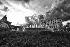 Plaça de Catalunya B/W (Alessandro__78) Tags: fontana piazza catalunya nuvole clouds sky cielo skyporn water acqua barcellona barcelona 2017 d750 spagna espana