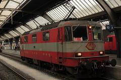 SBB Lokomotive Re 4/4 II 11109 in den Swiss - Express Farben orange - Steingrau ( Hersteller SLM Nr. 4641 - BBC MFO SAAS - Baujahr 1967 mit Scherenstromabnehmer ) am Bahnhof Zrich HB im Kanton Zrich der Schweiz (chrchr_75) Tags: oktober train schweiz switzerland suisse swiss eisenbahn zug sbb re christoph svizzera bahn treno schweizer 44 ffs bundesbahn lokomotive lok 2014 suissa cff re44 chrigu 1410 bahnen schweizerische tranin chrchr hurni chrchr75 bundesbahnen chriguhurni albumbahnenderschweiz albumsbbre44iiiii chriguhurnibluemailch oktober2014 albumbahnenderschweiz2014712
