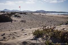 Bandera roja (SantiMB.Photos) Tags: summer espaa beach backlight contraluz geotagged sand wind flag lanzarote playa canarias viento arena bandera verano esp lacaleta 2tumblr sal18250 2blogger vacaciones2014 valleslos geo:lat=2911524231 geo:lon=1355774581
