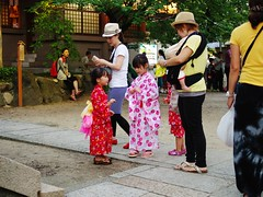 Yukata (JanneM) Tags: summer girl hat festival japan evening pentax jan mother human 大阪 yukata 日本 osaka kansai jinja platser janne 関西 objekt kouzu moren människor händelser 高津神社 k5iis