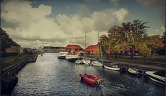 Ir más alla de los límites (pimontes) Tags: red water boat canal rojo agua barco paseo nubes dinamarca copenhague