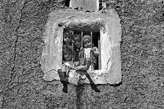 Yemen - Sanaa (luca marella) Tags: street people bw white film window analog children blackwhite voigtlander bessa middleeast social pb bn bianco nero marellaluca
