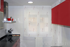 "Cocina moderna con estores bordados en rojo y negro • <a style=""font-size:0.8em;"" href=""http://www.flickr.com/photos/67662386@N08/15620382186/"" target=""_blank"">View on Flickr</a>"