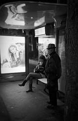 L'attente du 96 à la place d'Italie (Paolo Pizzimenti) Tags: mère fille homme pipe femme attente bus placeditalie paris trocadéro paolo penf 45mm 17mm f18 film pellicule argentique doisneau m43 mirrorless