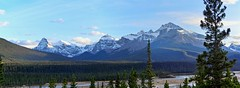 Icefields Parkway Scenery - Panorama - Banff National Park, Alberta, CA (André-DD) Tags: cans2s canada kanada urlaub vacation alberta herbst fall autumn outdoor clouds mountain landscape hill mountainside banff national park parkway sonne sun panorama banffparknationalpark bäume baum tree trees serene mountains berge berg wolken wolke cloud natur nature icefields icefieldsparkway snow schnee wasser water flus river