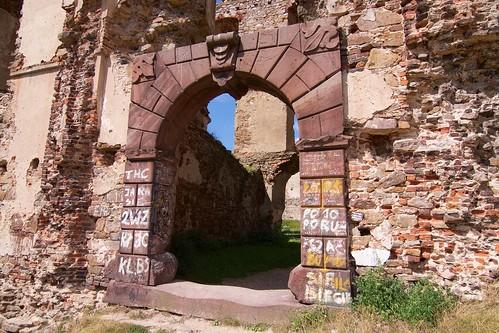 Brama z czerwonego piaskowca prowadząca do zamku w Bodzentynie