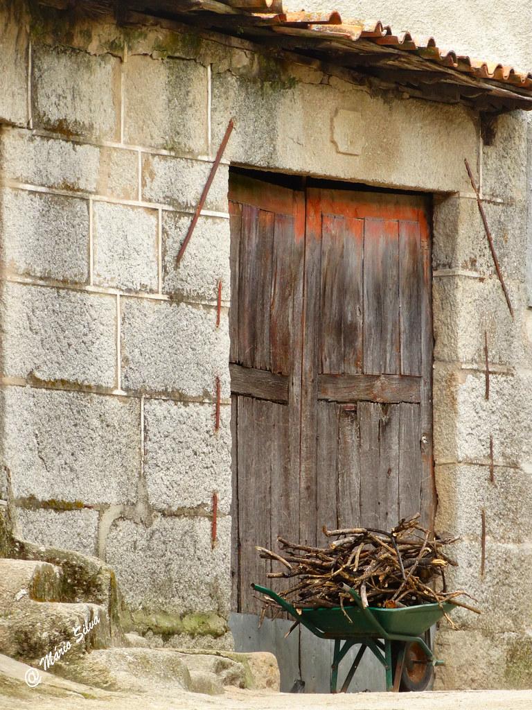 Águas Frias (Chaves) - ...carrinho de mão com lenha à porta ...