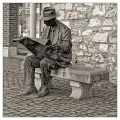 Le lecteur de Journal (Jean-Marie Lison) Tags: eos80d sigmaart huy sculpture statue bronze sylvanabelletti noiretblanc nb