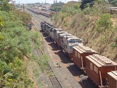18616 BB40-9WM #6045 + 6050 + DDM45 #869 + 834 + 837 (de traz) com trem C745 chegando de Uberaba em Uberlândia MG     (3) (Johannes J. Smit) Tags: brasil vale trens efvm vli