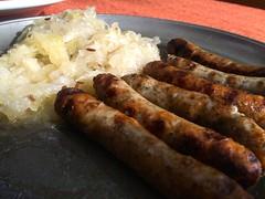 Nürnberger Rostbratwürste mit Sauerkraut. Lecker!