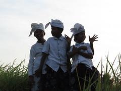 "Enfants balinais en tenue de céérémonie <a style=""margin-left:10px; font-size:0.8em;"" href=""http://www.flickr.com/photos/83080376@N03/15375525578/"" target=""_blank"">@flickr</a>"