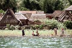 24-539 (ndpa / s. lundeen, archivist) Tags: houses people bali color film water 35mm buildings indonesia women village nick southpacific 24 watersedge thatchedroof 1970s 1972 indonesian balinese dewolf oceania pacificislands thatchroof nickdewolf photographbynickdewolf trunyan reel24