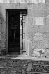 Sortir de l'ombre (guillaumegesret) Tags: personnage saintmalo street bretagne brittany human humaniste humain histoire history streetview streetphotogrpahie streetphotographer black blanc blackandwhite bw blackwhite life lifestyle