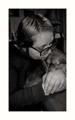 Il est où,le bonheur ? (busylvie) Tags: monochrome portrait femme animal chien chiwawa complicité amour tendresse littledoglaughedstories littledoglaughednoiret