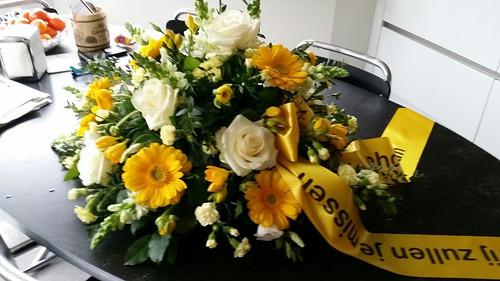 100mm geel rouwlint met zwart bedrukt 2