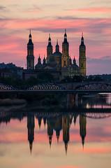 El Pilar de Zaragoza (Juan Ig. Llana) Tags: españa aragón zaragoza elpilar ebro reflejo cielo atardecer puentedehierro arquitectura basílica agua río