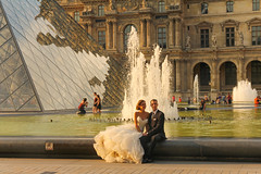 Cour Carr du Louvre - Paris (France) (Meteorry) Tags: wedding woman man paris france reflections couple europe ledefrance dress louvre candid femme july fountains mariage pei homme 2014 musedulouvre louvremuseum fontaines pyramidedulouvre meteorry ieohmingpei parispeople courcarrdulouvre courcarr justmaried rflets nouveauxmaris
