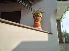 Friendly Flowerpot (phool 4  XC) Tags: whimsy بيتربروباخر santhià